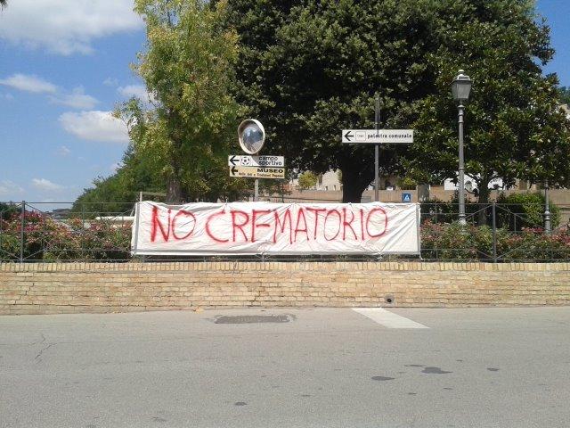 Lo striscione contro l'impianto crematorio