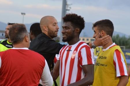 Mister Cristian Bucchi abbraccia i suoi giocatori a fine gara
