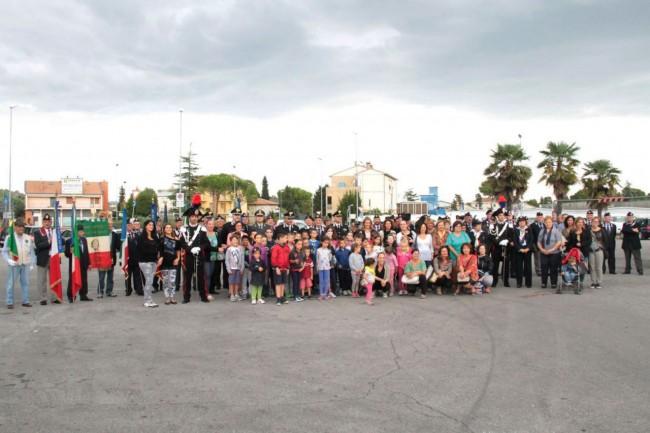 cerimonia carabinieri a piediripa salvo d'acquisto 2015 foto di gruppo con bambini e genitori foto ap 15