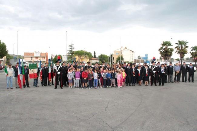 cerimonia carabinieri a piediripa salvo d'acquisto foto di gruppo con bambini 2015 foto ap 13