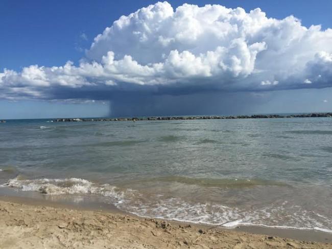 La nuvola a forma di fungo al largo di Civitanova