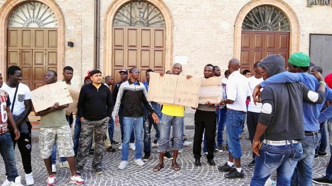 migranti-piazza-libertà-macerata_Foto-LB-2-650x365