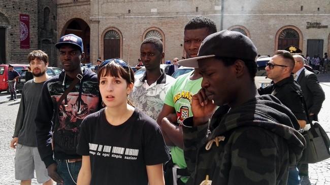 migranti piazza libertà macerata_Foto LB (1)
