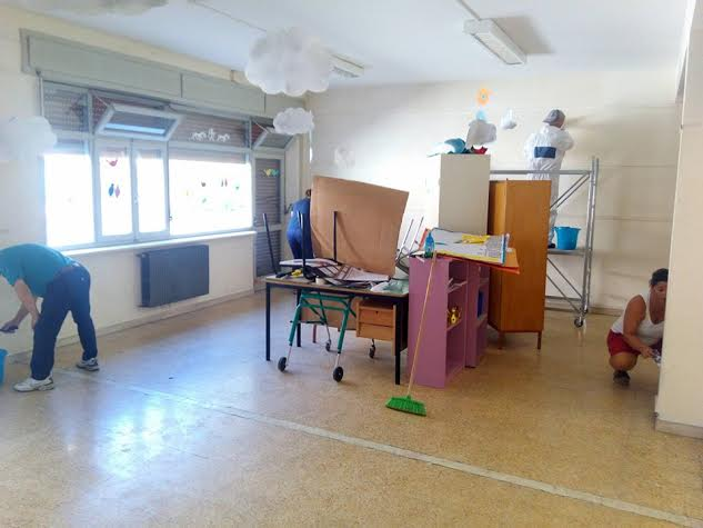 La scuola di Matelica durante i lavori di verniciatura dei genitori