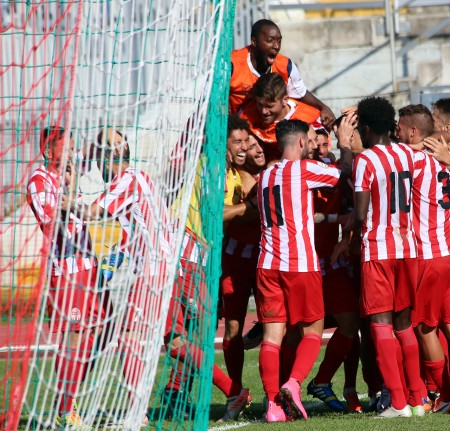 La Maceratese esulta dopo il primo gol al Pontedera