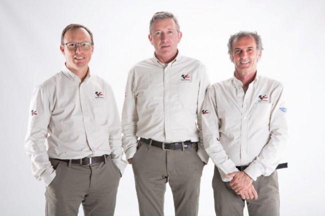 Franco Uncini (ultimo a destra) con gli altri due membri della direzione gara, Mike Webbe Javier Alonso, che hanno deciso sulla penalizzazione di Valentino