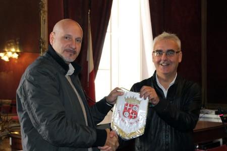 Il sindaco Romano Carancini dona il gagliardetto del Comune al coach Piero Consoli