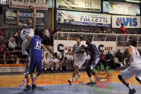 Novatti (33 punti) attacca il canestro