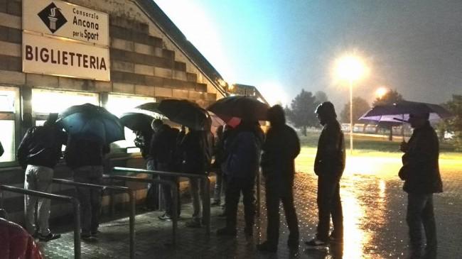 Le file al botteghino di Ancona per ritirare gli accrediti stampa