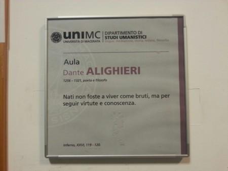 La targa dell'aula Dante Alighieri che riporta date e citazione sbagliate