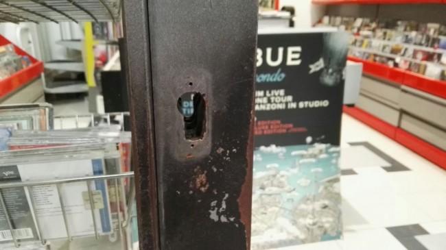 La serratura forzata nel negozio di dischi Pietroni in via Gramsci