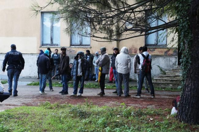 immigrati al centro immigrazione ottobre foto ap 2