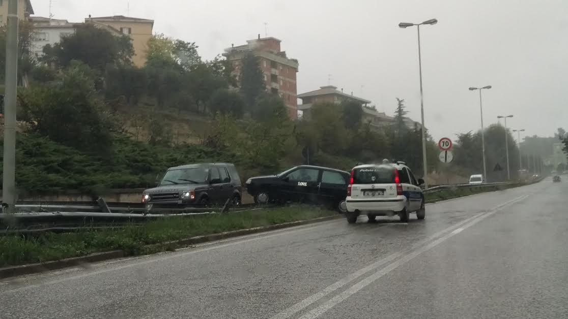 Un'auto finita sopra al guard rail di via Matteo sabato scorso