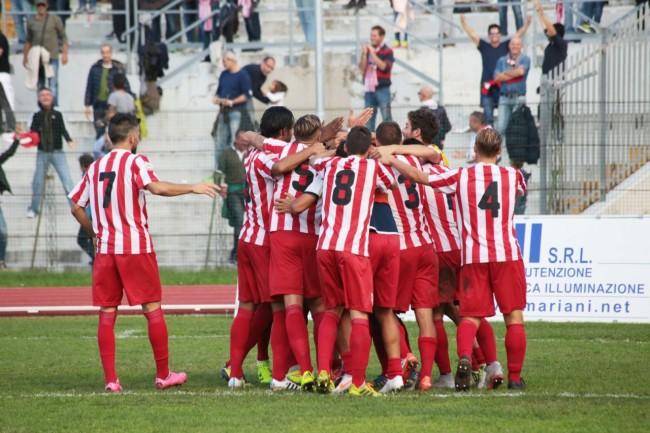 I giocatori della Maceratese si abbracciano dopo un gol
