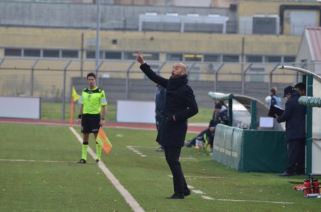 Cristian Bucchi dà indicazioni ai suoi
