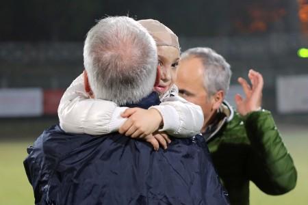 Il sindaco Romano Carancini abbraccia Simone