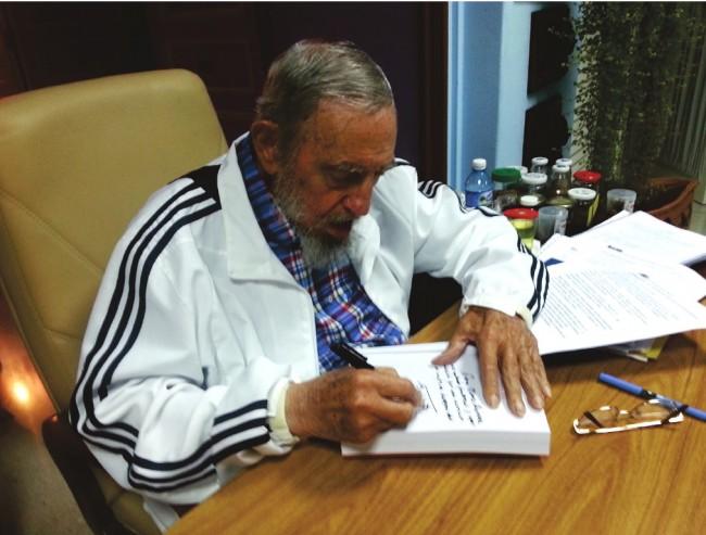 Fidel Castro Ruz firma dedica libro a Mario Pianesi