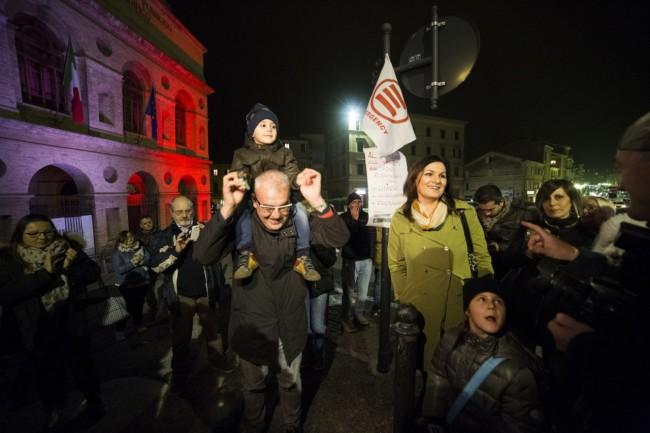 Manifestazione solidarietà sferisterio flash mob Francia attentato foto ap (10)