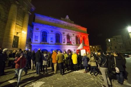 Manifestazione solidarietà sferisterio flash mob Francia attentato foto ap (17)