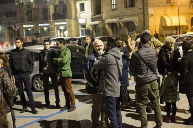 Manifestazione solidarietà sferisterio flash mob Francia attentato foto ap (2)