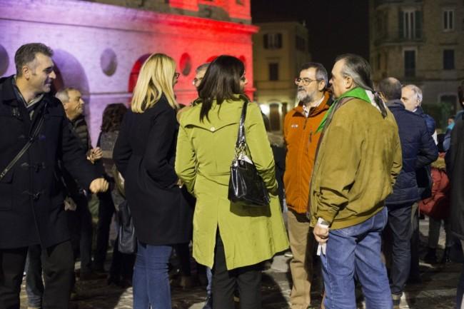 Manifestazione solidarietà sferisterio flash mob Francia attentato foto ap (21)