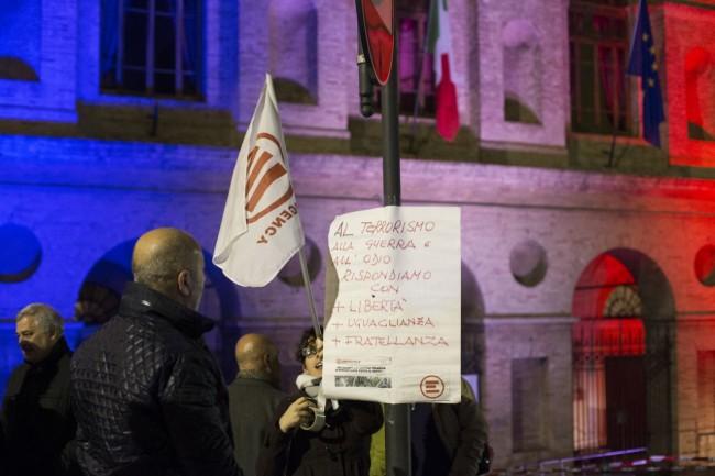 Manifestazione solidarietà sferisterio flash mob Francia attentato foto ap (5)