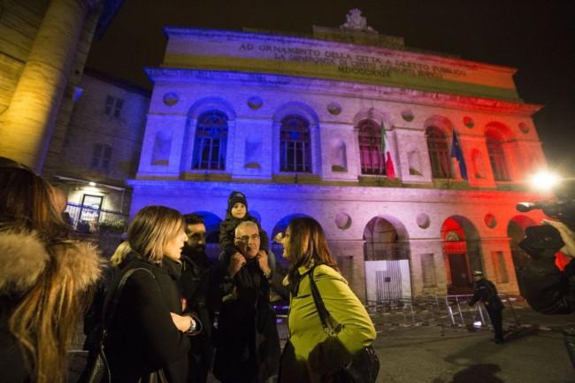 Manifestazione solidarietà sferisterio flash mob Francia attentato foto ap (6)
