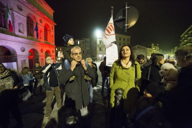 Manifestazione solidarietà sferisterio flash mob Francia attentato foto ap (9)