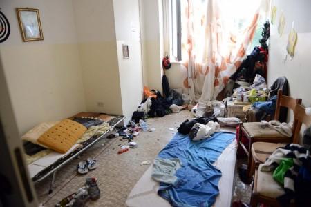 L'interno dell'ex liceo con giacigli di fortuna per senzatetto