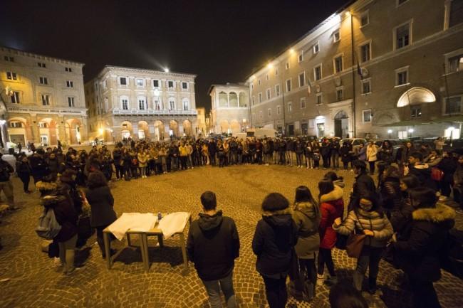 flash mob officina universitaria attentati francia solidarietà foto ap (2)