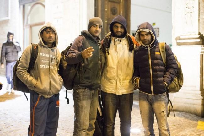 immigrati pakistani questura macerata foto ap (2)