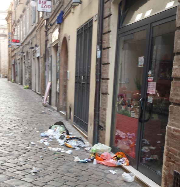 Immondizia in corso Garibaldi in una foto scattata venerdì mattina