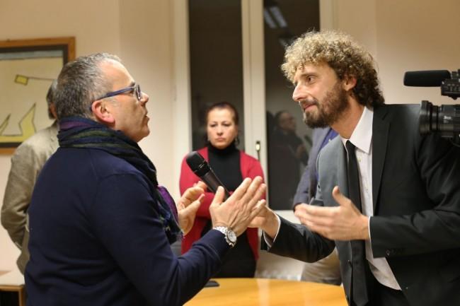 Alessandro Maccioni con l'inviato delle Iene