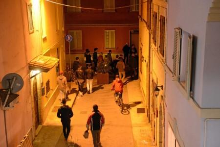 La gente accorre lungo la strada durante l'inseguimento del cliente