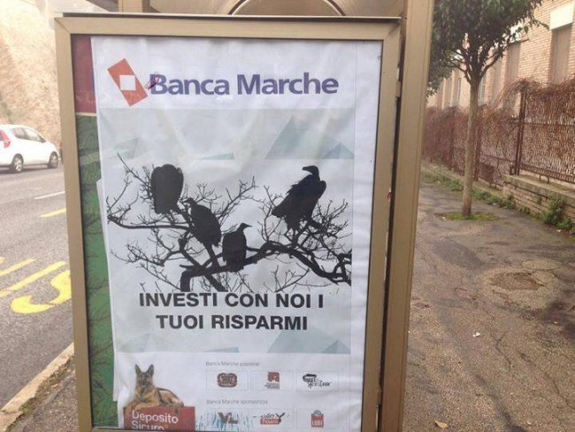 Un manifesto apparso alla fermata del bus in via Iindipendenza, a Macerata