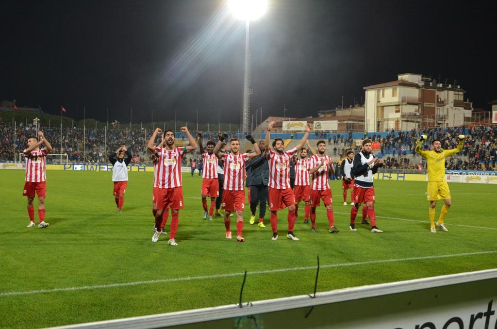 I giocatori della Maceratese raccolgono l'applauso dei propri tifosi