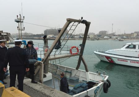 La Capitaneria interviene al porto durante la protesta dei vongolari
