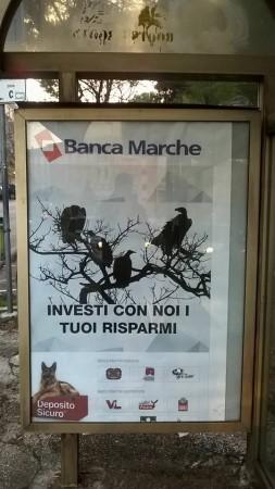 Il manifesto pubblicitario ironico su banca Marche alle fermate del bus