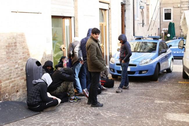 immigrati-profughi-questura-foto-ap-2-650x433