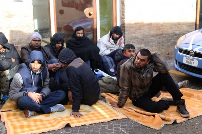 immigrati-profughi-questura-foto-ap-3-650x433