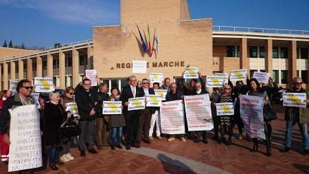 La protesta in Regione per il punto nascite (foto Mengoni)