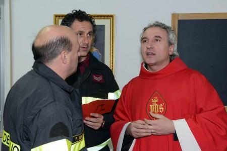 Padre Luciano Genga, ex vigile del fuoco, per la messa di Santa Barbara