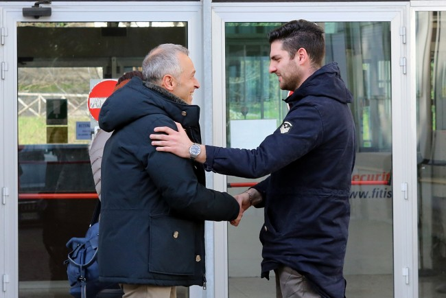 Yiuri Sarchiè stringe la mano al suo legale Mauro Gionni all'uscita del tribunale