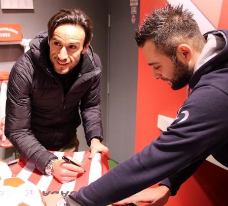 Rocco Sabato firma una maglia della Maceratese