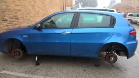 La vettura a cui sono state trafugate le ruote
