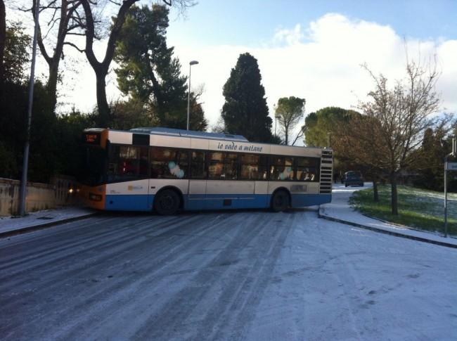 autobus intraversato a Collevario