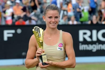 Camila Giorgi con il trofeo Wta vinto lo scorso Giugno ad Hertogenbosch, in Olanda