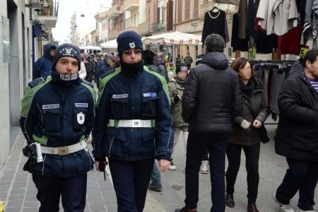 controlli-anti-abusivi-polizia-municipale-vigili-mercato-corso-dalmazia-civitanova