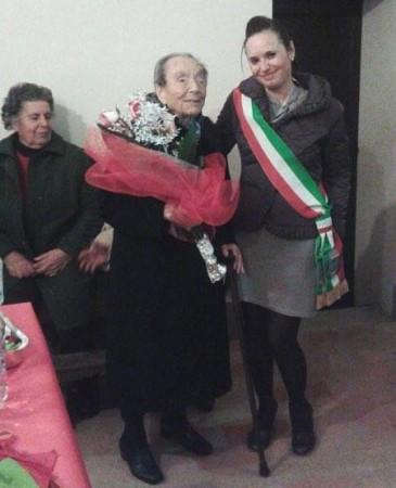 Maria Mochi con il sindaco Ilenia Catalini