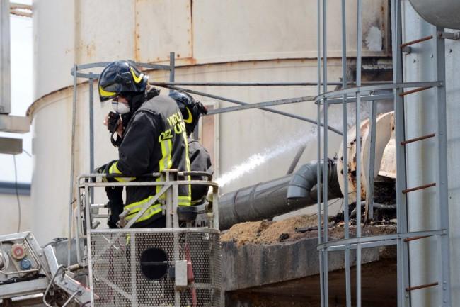 L'intervento dei vigili del fuoco al silos